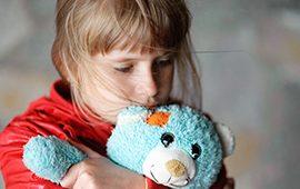 ילדה עם דובי